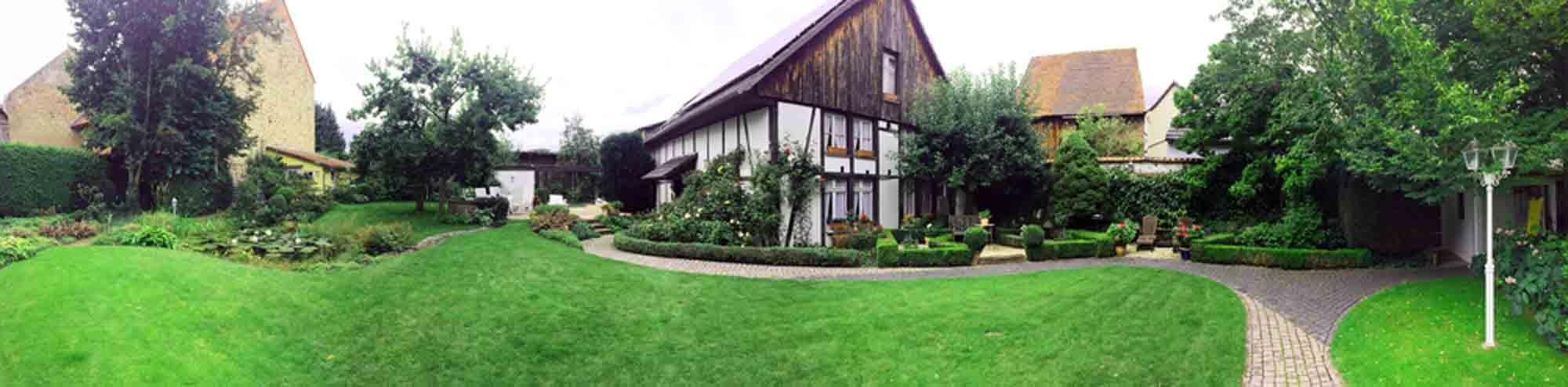 Panoramablick in den Garten mit Teich (links), Gartenhaus und Scheunengalerie mit Atelier (Mitte) in Garbeneich